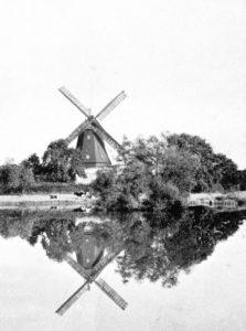 Windmühle mit Mühlenteich