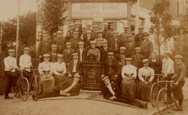 """Vereinsfoto des Arbeiter Radfahrer Vereins """"Frischauf"""""""